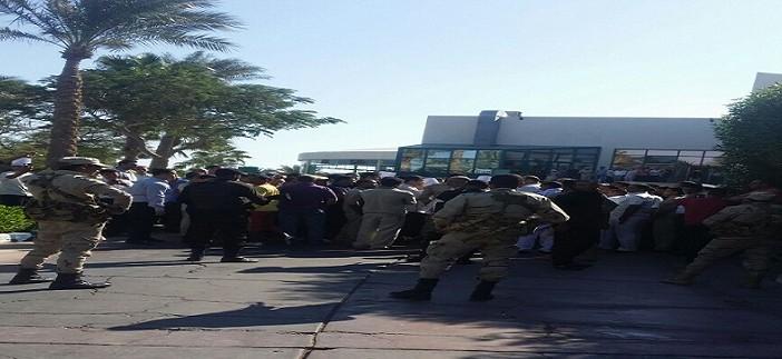 ▶| بالصور والفيديو.. إضراب 550 بفندق «تركي» بشرم الشيخ.. وحضور قوة للجيش والشرطة