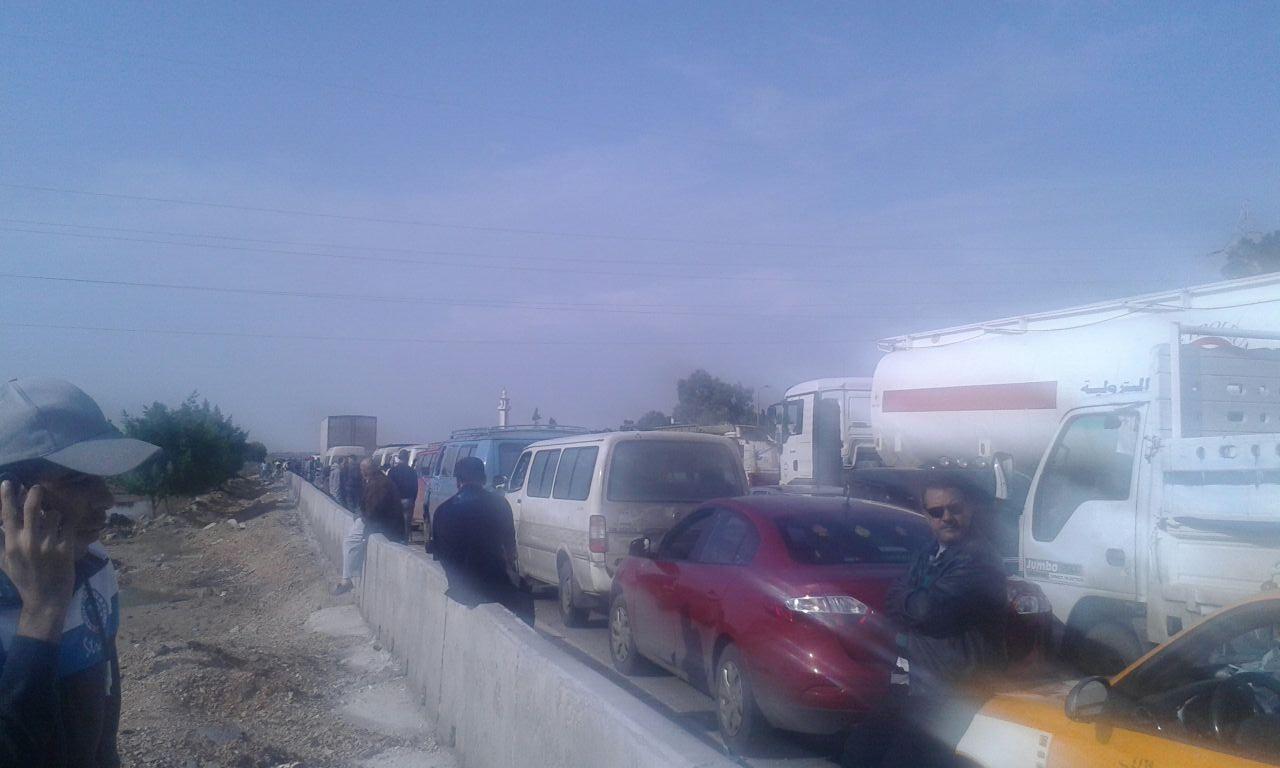 متضررون من الأمطار يقطعون الطريق الصحراوي أكثر من 3 ساعات