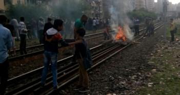 محتجون يقطعون السكك الحديدية مساكن دربالة بالإسكندرية لتضررهم من الأمطار