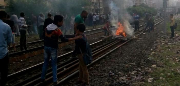 بالصور.. محتجون يقطعون سكك حديدية بالإسكندرية لتضررهم من الأمطار