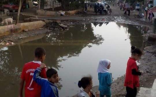 بالصور.. طفح الصرف الصحي في إحدى قرى الجيزة دون حل
