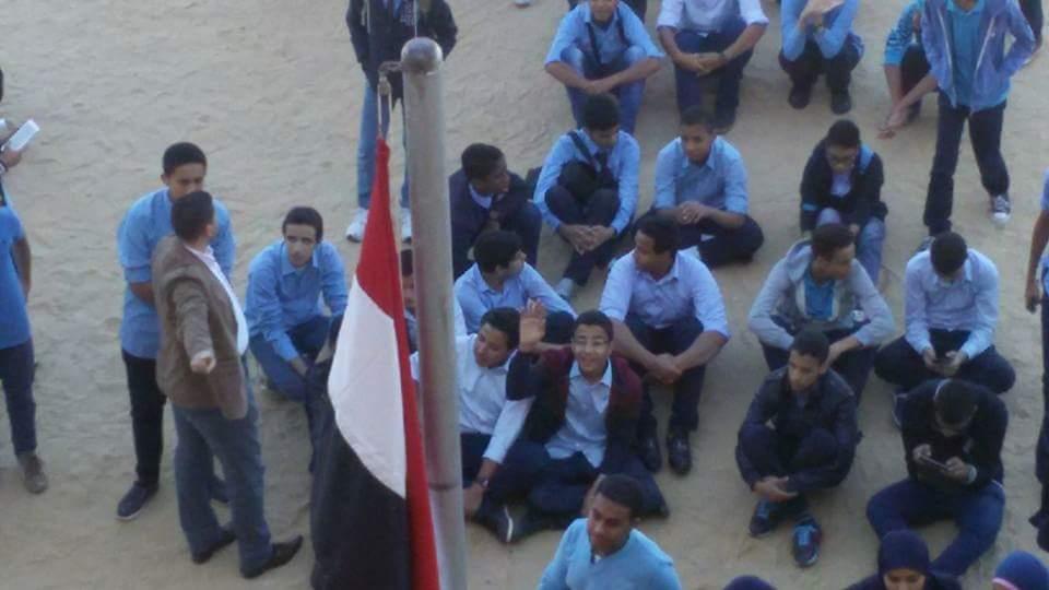 طلاب مدرسة بالبحر الأحمر يحتجون على غياب الإنترنت.. وعدم تسلم «اللاب توب»