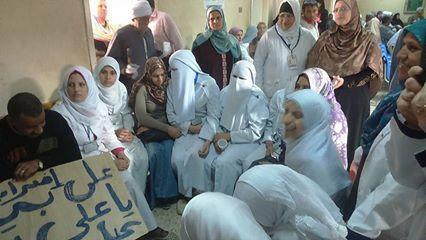 صور من إضراب العاملين في التأمين الصحي في يومه الثاني