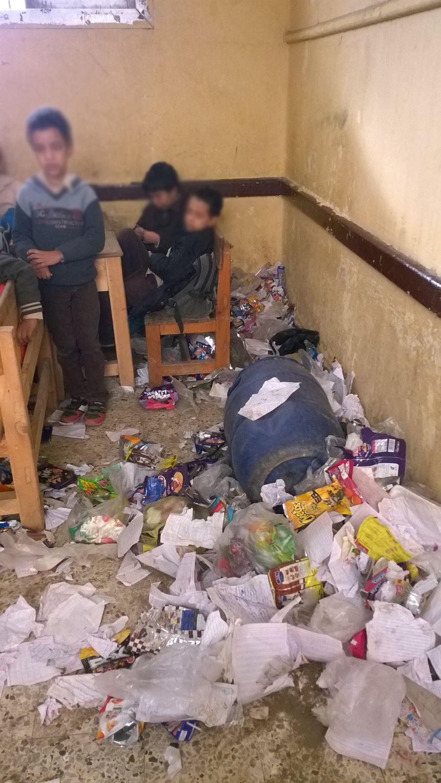 فصل يتحول لمقلب قمامة ينظفه تلاميذ إحدى مدارس المرج