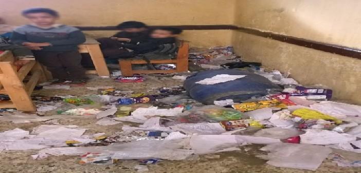 📷| بالصور.. فصل يتحول لمقلب قمامة ينظفه تلاميذ إحدى مدارس المرج
