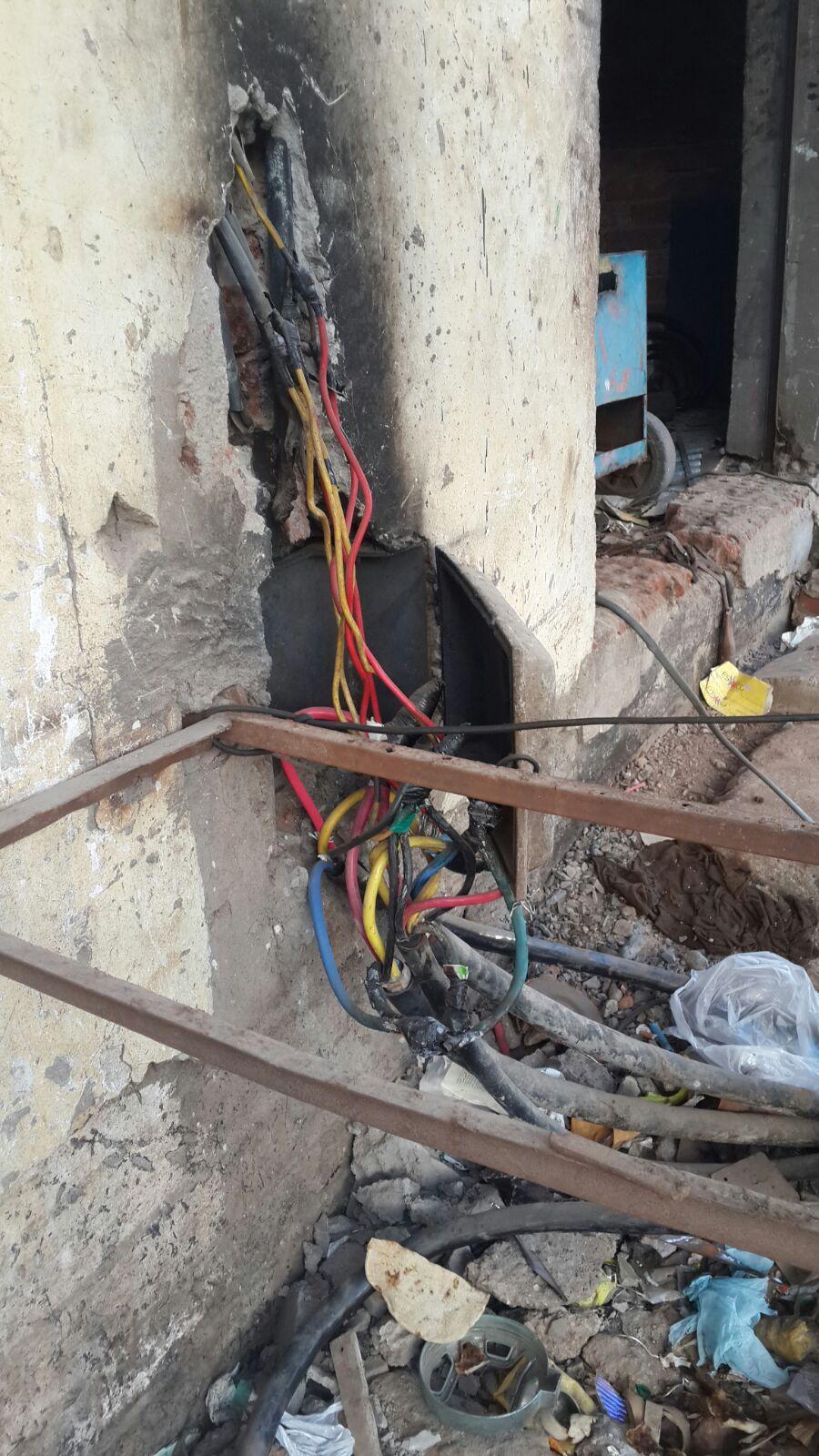 بالصور.. كابلات كهرباء مكشوفة في الغردقة تهدد حياة المواطنين