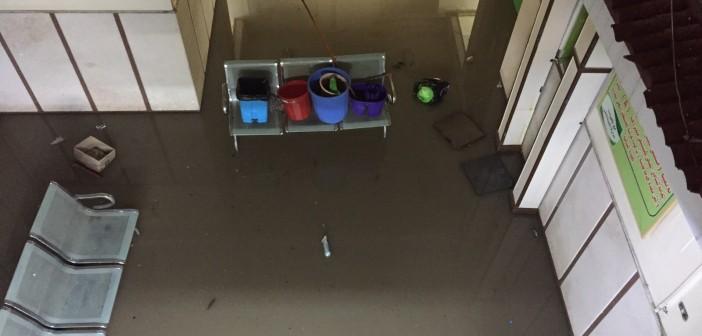 بالصور.. مياه الأمطار تقتحم غرف المرضى في مستشفى بالبحيرة 📷