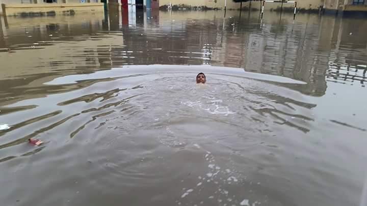بالصور.. فصول مدرسة بالبحيرة تغرق في مياه الأمطار.. والحوش يتحول لحمام سباحة