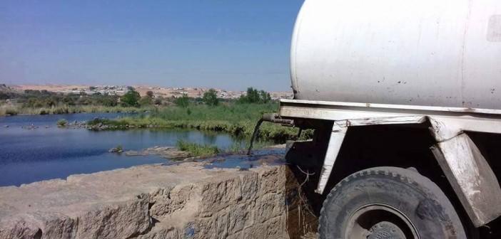 📷| بالصورة.. إلى محافظ أسوان: سيارات حكومية تفرغ الصرف في نهر النيل