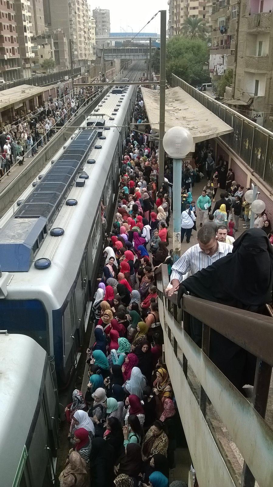 بالصور.. زحام في مترو عزبة النخل.. وحدوث حالات إغماء
