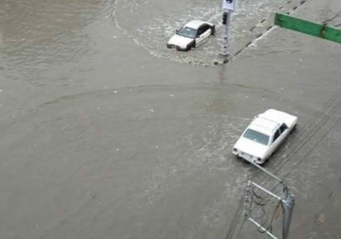 بالصور.. #المنصورة_بتغرق.. مياه الأمطار تقتحم منازل.. وتعطل المرور