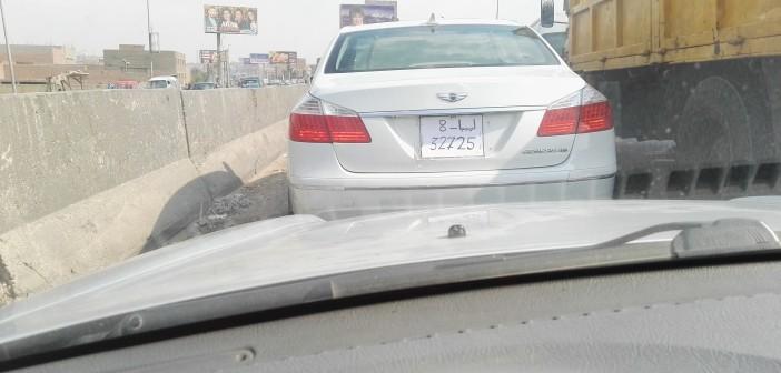📷 سيارة  «ع الدائري» تحمل لوحات ورقية مكتوبة بخط اليد لأرقام ليبية