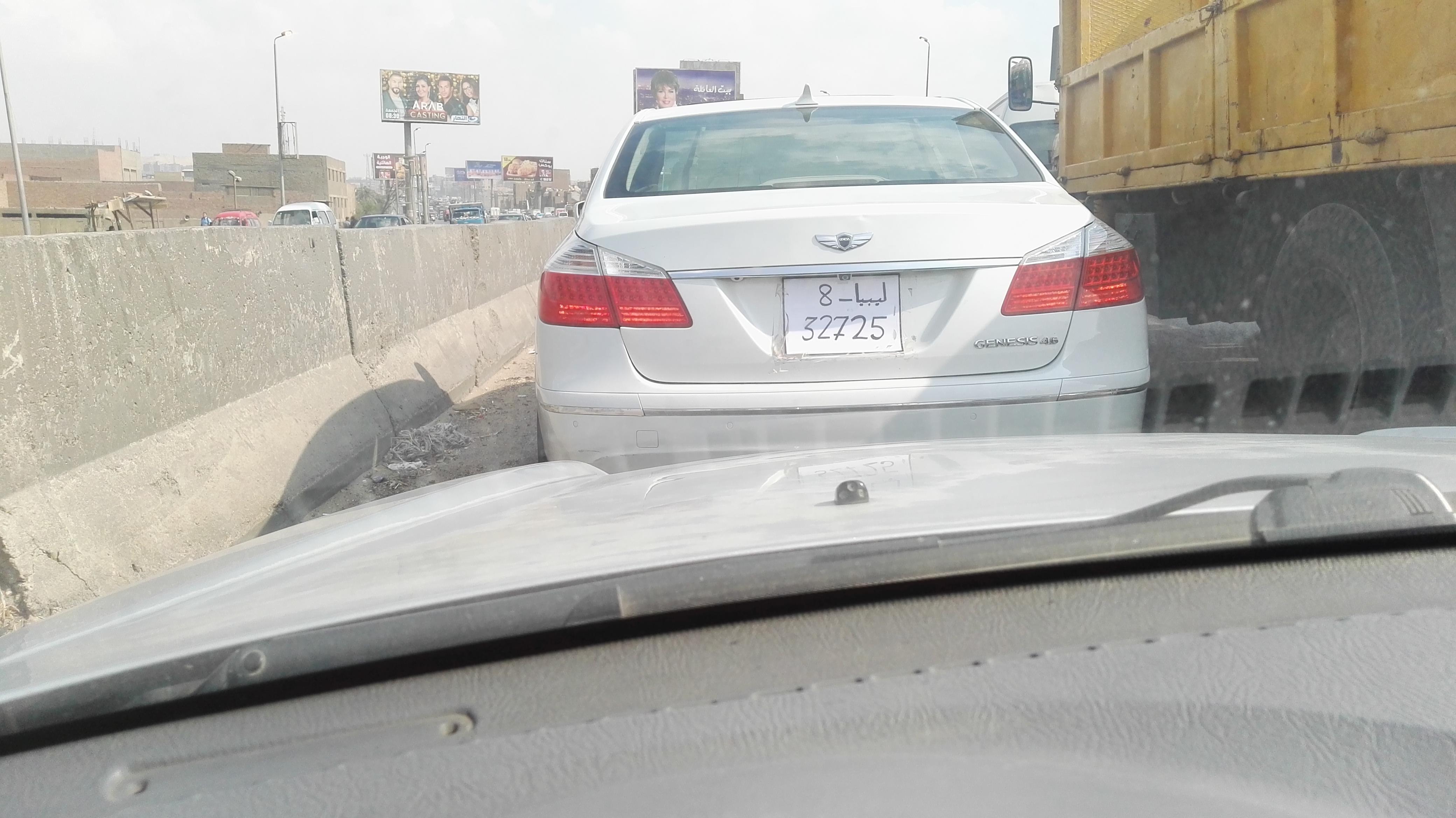 سيارة بلوحات ورقية وارقام ليبية فى وضح النهار بالقاهرة