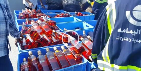 ▶| بالفيديو.. لحظة تدمير 8 آلاف زجاجة خمر بالسعودية