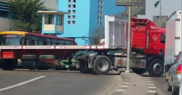 ▶|فيديو.. سيارة نقل تقطع الطريق بإمبابة.. وتصعد رصيفًا للاتجاه المعاكس