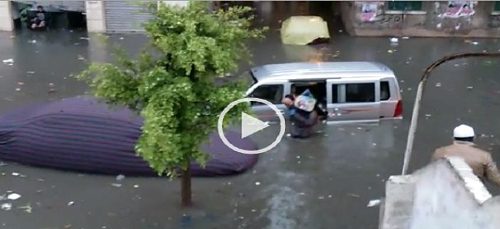 بالفيديو.. الإسكندرية.. مواطن ينقذ تلاميذ مدارس غرقت سيارتهم في مياه الأمطار ▶