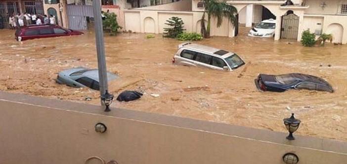 ▶| بالفيديو.. #جدة_تغرق من جديد.. سيول وأمطار جارفة تغمر شوارع ومباني