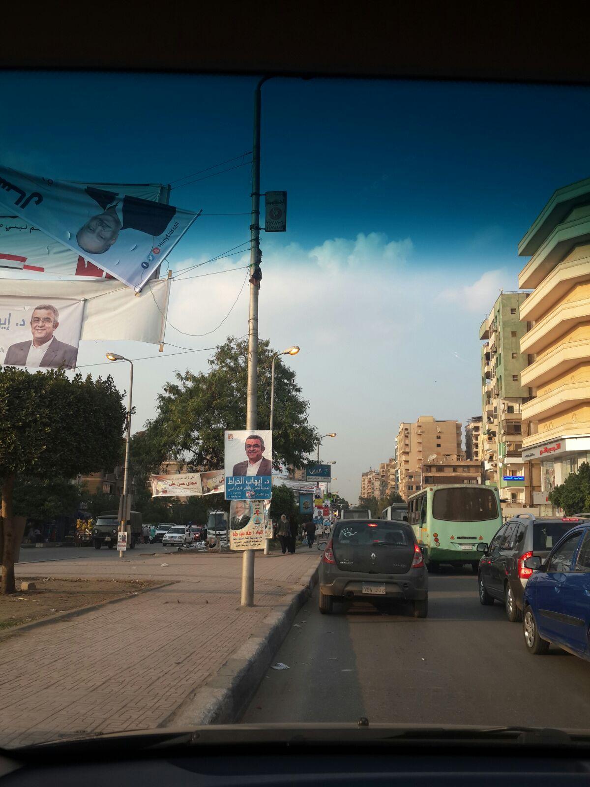 أعمدة إنارة مضيئة «في عز الضهر» في شارع رئاسة الحي بمدينة نصر