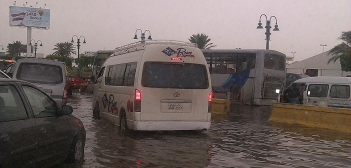 بالصور.. غرق الطرق أمام كارفور بالإسكندرية 📷