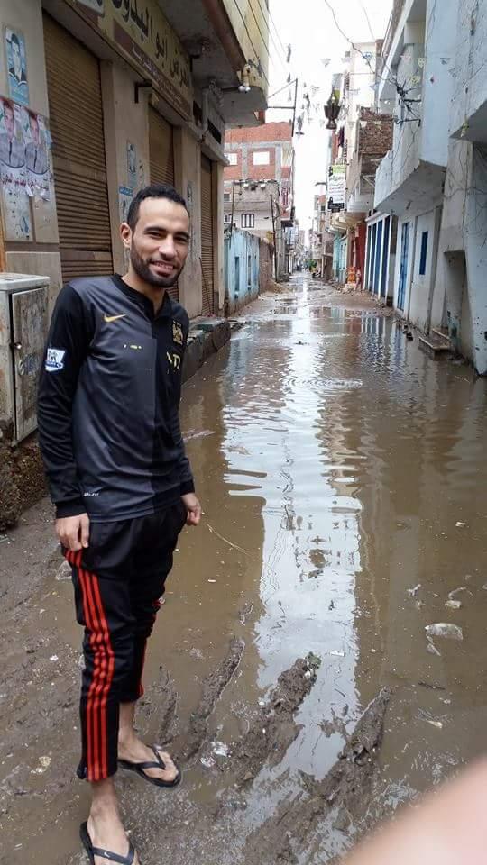 أهالي صان الحجر بالشرقية يلجأون للرمل والزلط في مواجهة الأمطار
