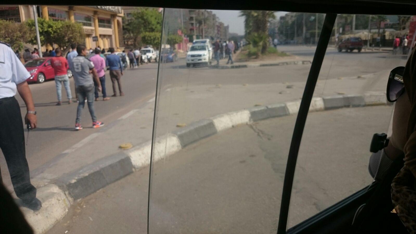 بالصورة.. اشتباه في وجود قنبلة بشارع الهرم.. وإغلاقه في الاتجاهين من ترعة المريوطية لنادي الضباط