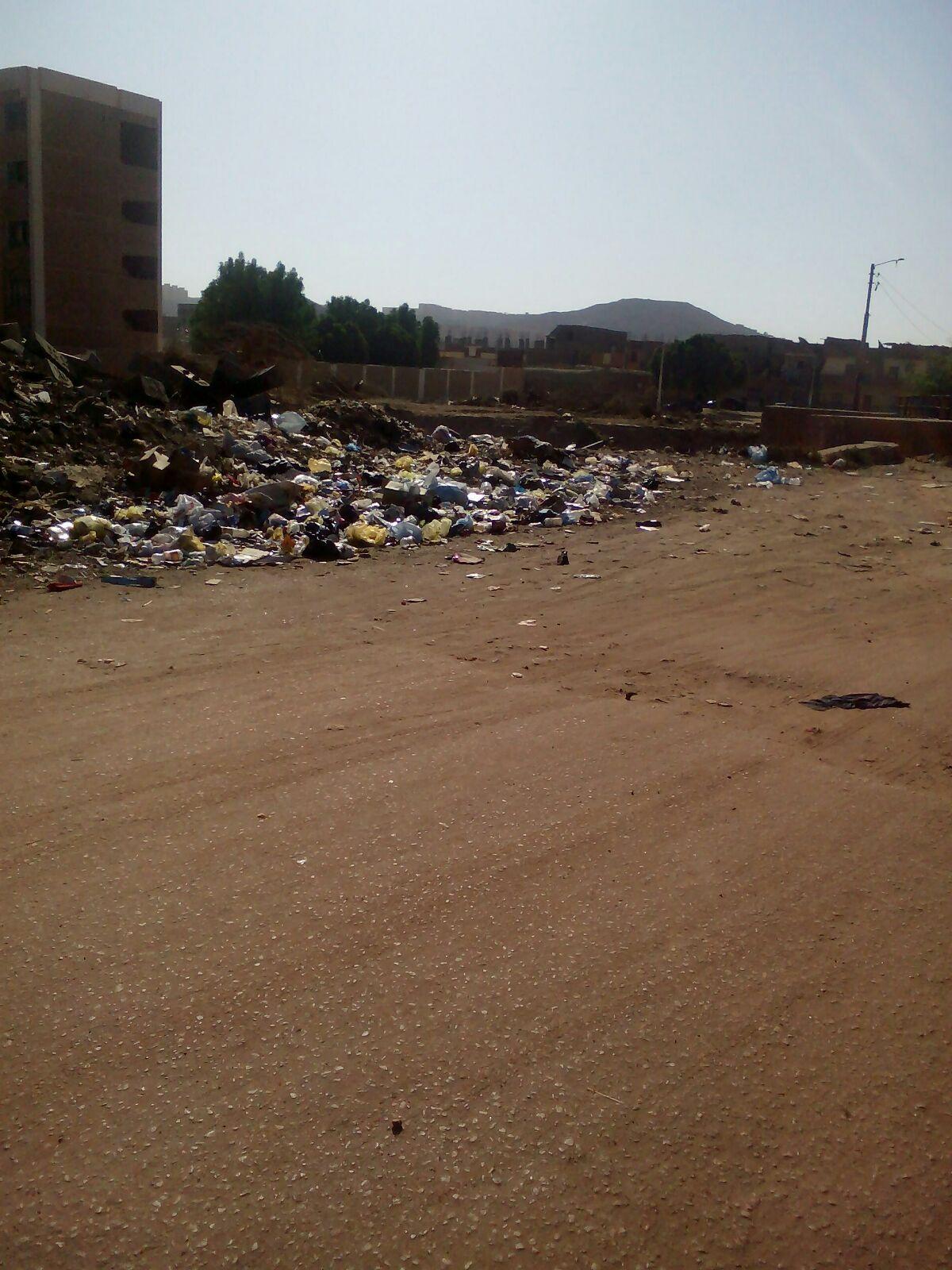 مواطنون يشكون تلوث القمامة في مستعمرة السكة الحديد بأسوان