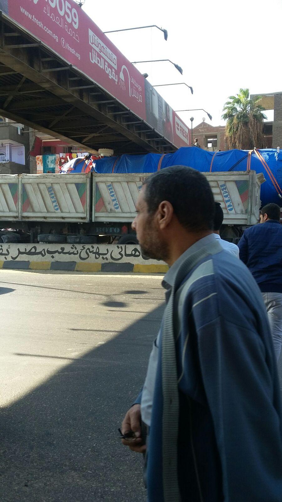 توقف مرور القاهرة ـ الإسكندرية الزراعي: سيارة نقل «حشرت» أسفل كوبري
