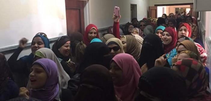 📷| بالصور.. احتجاجات عاملات «النصر للبترول» ضد إلغاء «ساعة الأمومة»