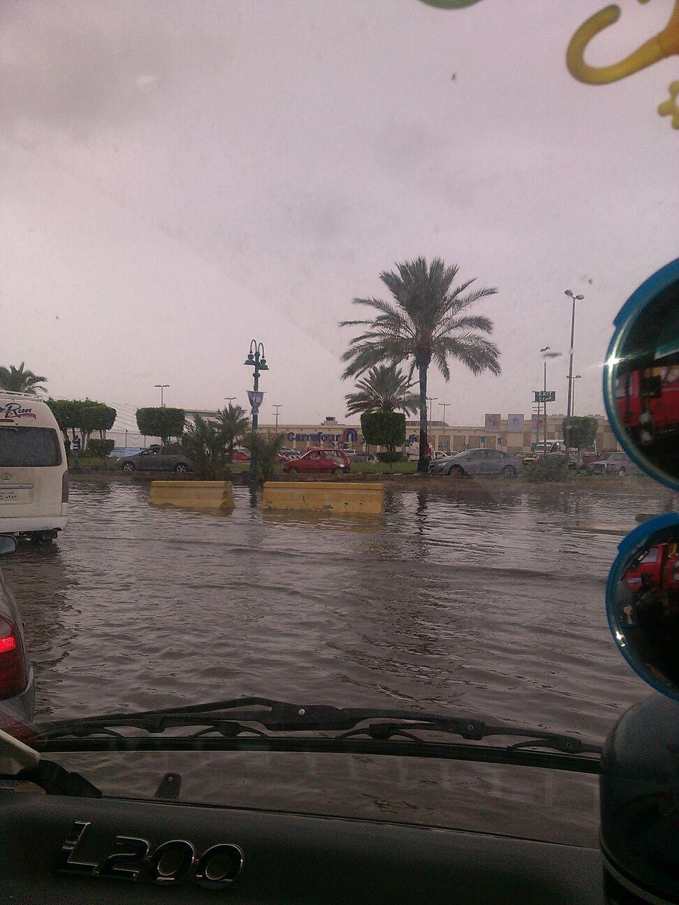 بالصور.. غرق الطرق أمام كارفور بالإسكندرية