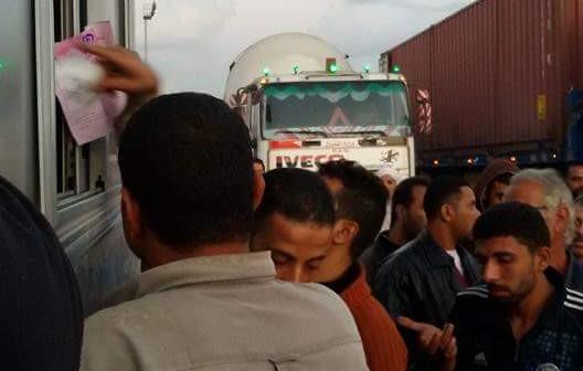 بالصور.. زحام على كارتة بوابة إسكندرية.. وبطء إجراءات دفع الرسوم