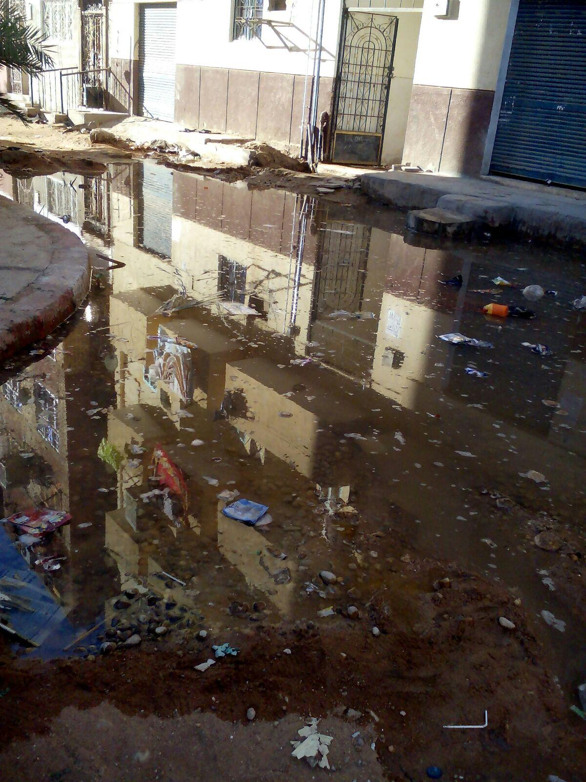 الصرف يضرب عمارة سكنية بحي العقاد في أسوان