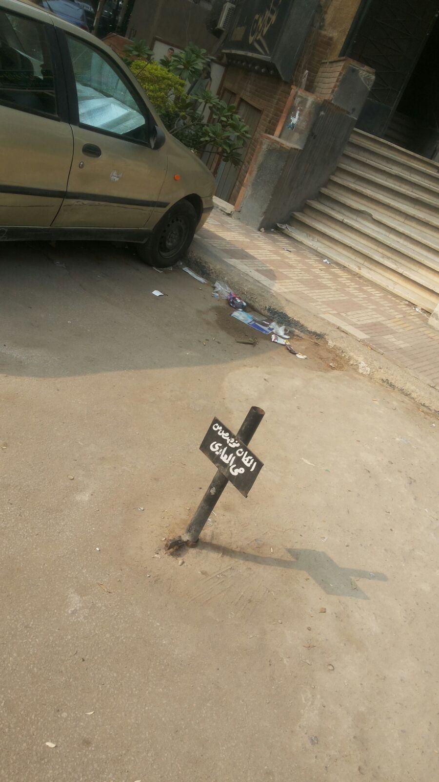 تعديات وقمامة على سور المستشفى العسكري وسط تراخي حي المعادي