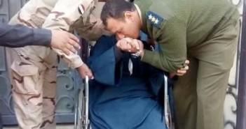 لجنة 54 أبوكبير شرقية.. ضابطا جيش وشرطة يقبلان رأس ويد ناخب