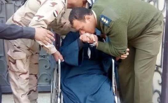 📷| لجنة 54 أبوكبير ـ شرقية.. ضابطا جيش وشرطة يقبلان رأس ويد ناخب