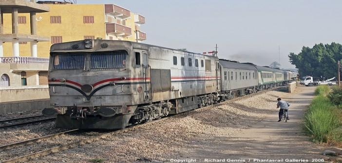 ▶️عَ السكة الحديد.. قائد قطار الزقازيق ـ طنطا يوقفه لشراء «المخلل» (فيديو)