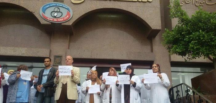 غضب العاملين بمستشفى مدينة نصر للتأمين الصحي لتأخر صرف الزيادة (صور)
