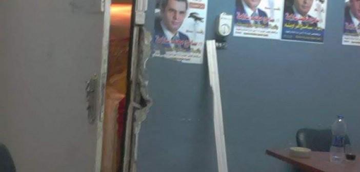 بالصور.. سماسرة الانتخابات يحطمون مقر مرشح لهروبه منهم بعد خسارته