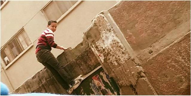 📷| بالصور.. هروب طلاب من فوق سور مدرسة في حلوان