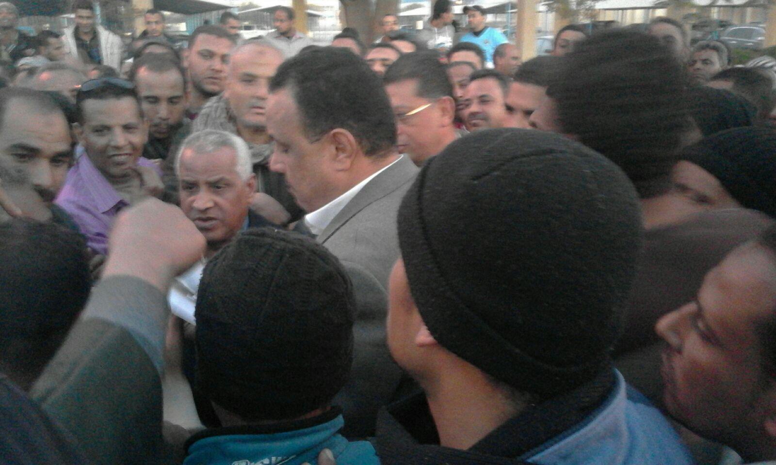 اعتصام عمال ألومنيوم نجع حمادي.. وحضور مدير أمن قنا وسكرتير المحافظ