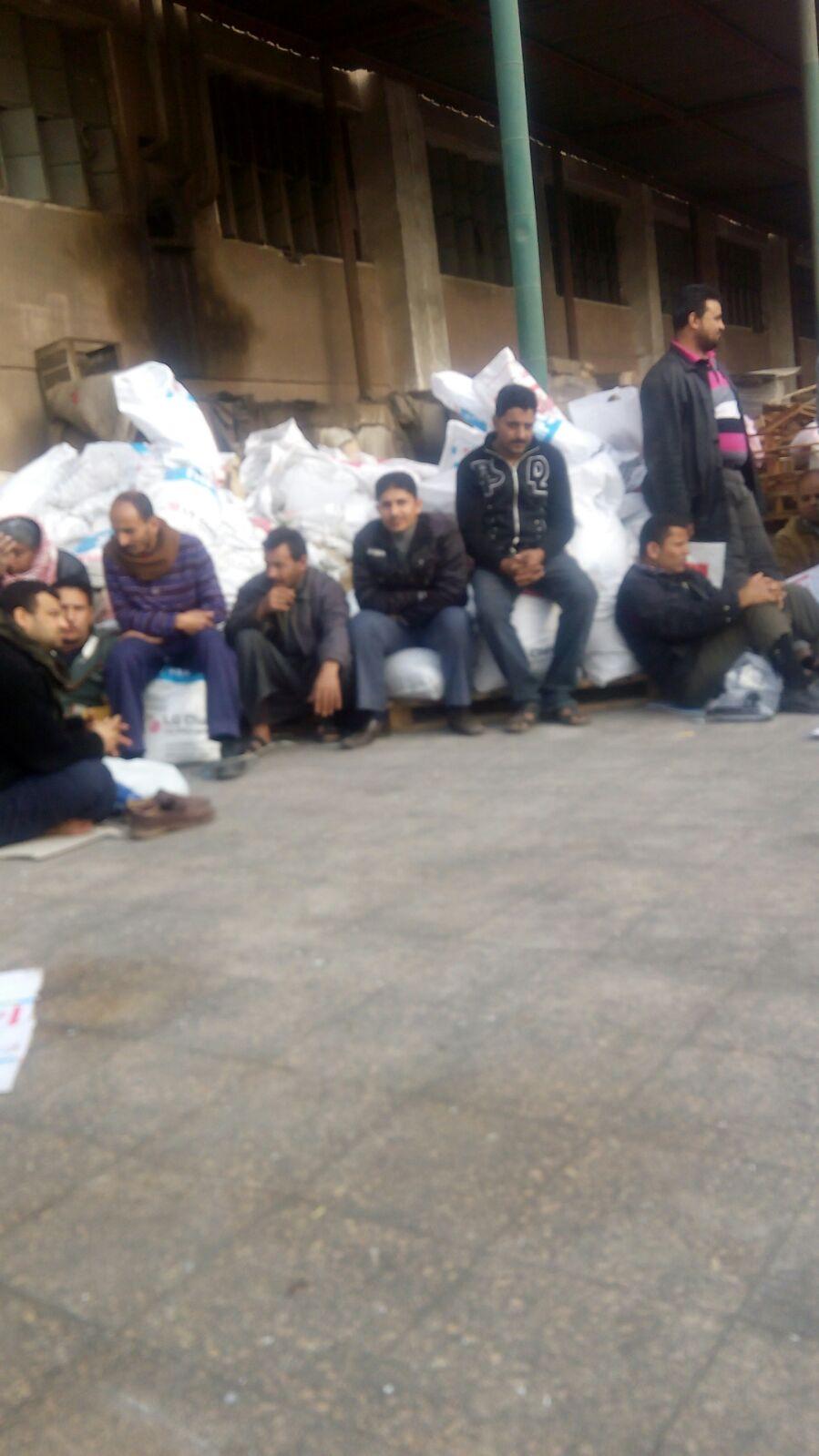 بالصور.. إضراب عمالي في كبرى شركات صناعة البلاستيك بالعاشر من رمضان