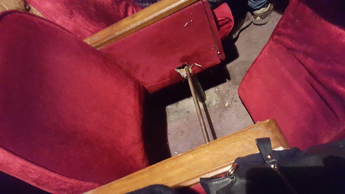 إهمال تجهيزات مسرح «الهوسابير».. وتحطم مقاعده