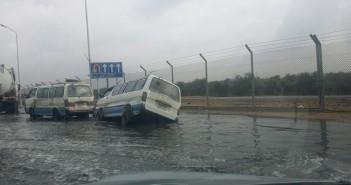 بالصورة.. الأمطار تعيق حركة السير على طريق الهايكستيب ـ المطار