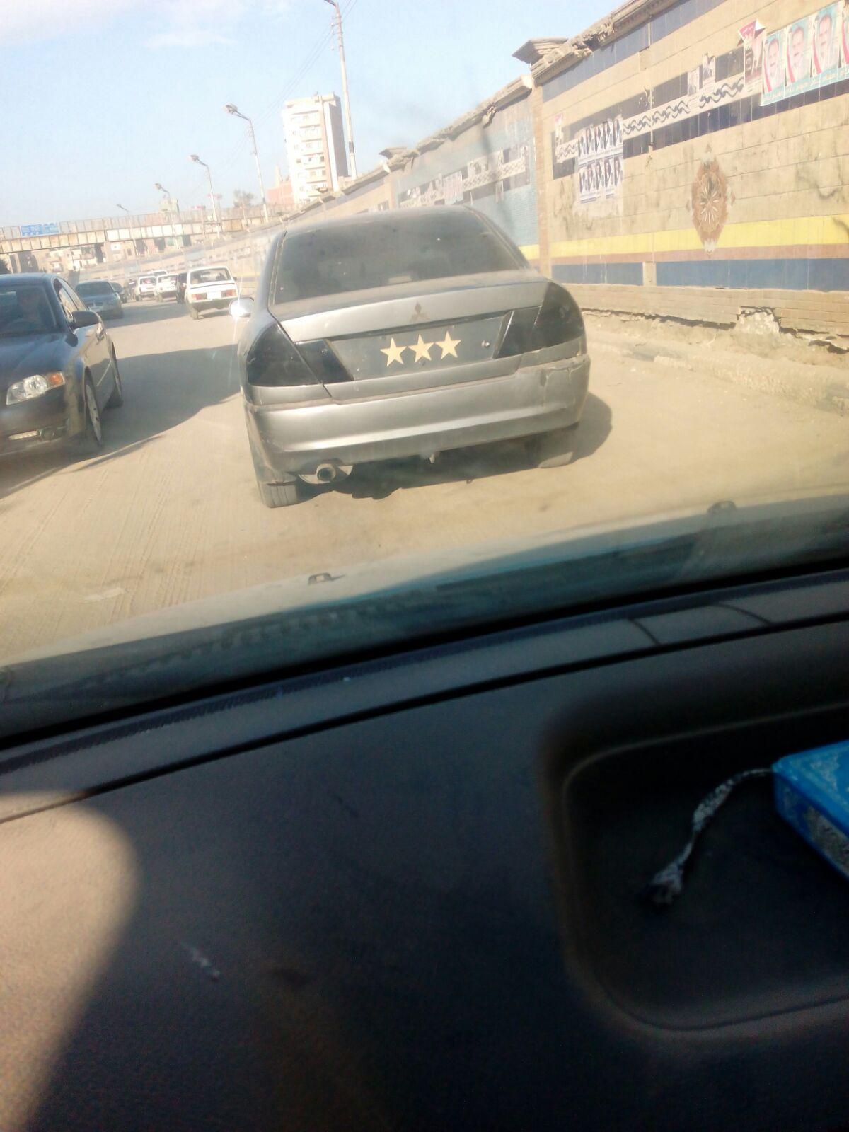 بلوحة «3 نجوم».. سيارة مخالفة تتحرك بحرية بشوارع الشرقية