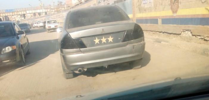 📷| بلوحة «3 نجوم» وزجاج فاميه.. سيارة مخالفة تتحرك بحرية بشوارع الشرقية