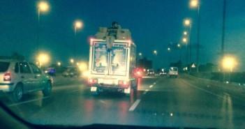 في الهوا ع الدائري.. شخص يعرض حياته للخطر بالركوب فوق سيارة
