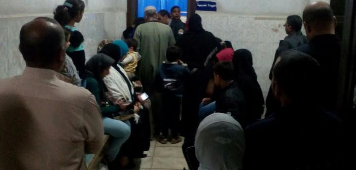 في مستشفى الصدر بإمبابة.. زحام وطبيب واحد يفحص المرضى