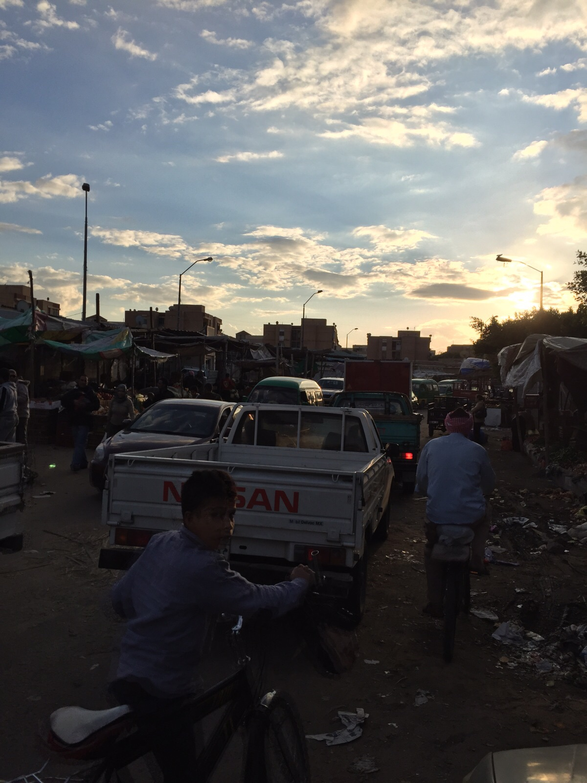 تكدس مروري نتيجة عشوائية سوق الخضار بمدينة السادات