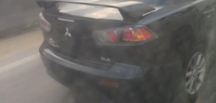 📷| سيارة بدون لوحات معدنية تسير بحرية عَ الدائري