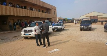 مدير أمن قناة السويس يزور أحد مواقع احتجاجات العمال