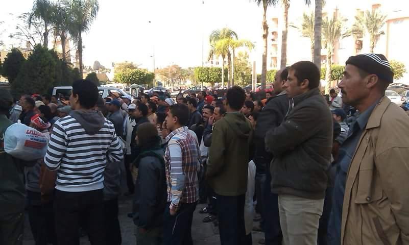 وقفة احتجاجية لعمال 4 إدارات في مدينة الرحاب بعد فصل زملائهم